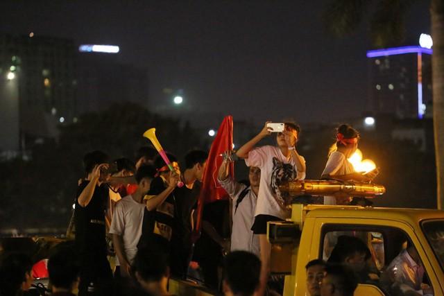 Mới đá vòng loại, CĐV vẫn đổ ra đường mừng chiến thắng của tuyển Việt Nam như thể đã được dự World Cup - Ảnh 11.