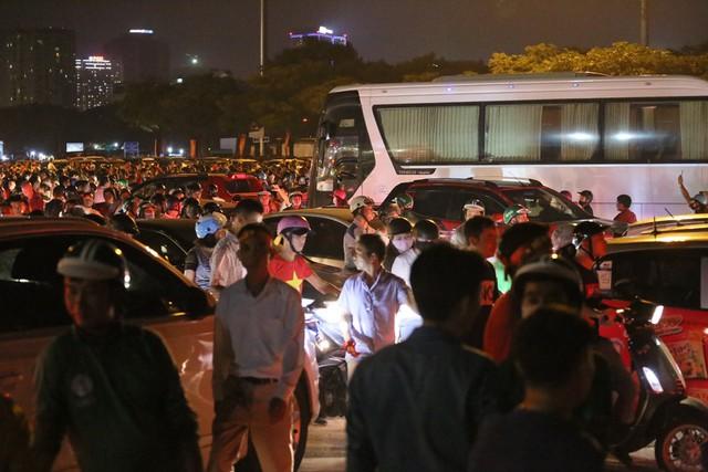 Mới đá vòng loại, CĐV vẫn đổ ra đường mừng chiến thắng của tuyển Việt Nam như thể đã được dự World Cup - Ảnh 12.