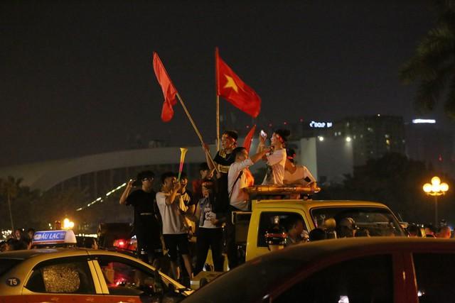 Mới đá vòng loại, CĐV vẫn đổ ra đường mừng chiến thắng của tuyển Việt Nam như thể đã được dự World Cup - Ảnh 13.