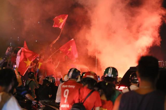 Mới đá vòng loại, CĐV vẫn đổ ra đường mừng chiến thắng của tuyển Việt Nam như thể đã được dự World Cup - Ảnh 17.