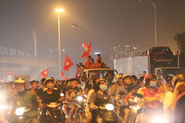 Mới đá vòng loại, CĐV vẫn đổ ra đường mừng chiến thắng của tuyển Việt Nam như thể đã được dự World Cup - Ảnh 16.