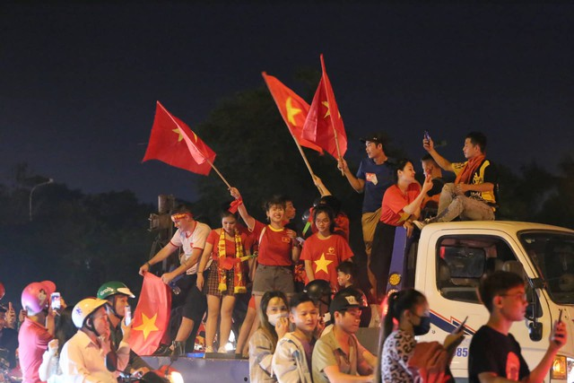 Mới đá vòng loại, CĐV vẫn đổ ra đường mừng chiến thắng của tuyển Việt Nam như thể đã được dự World Cup - Ảnh 15.