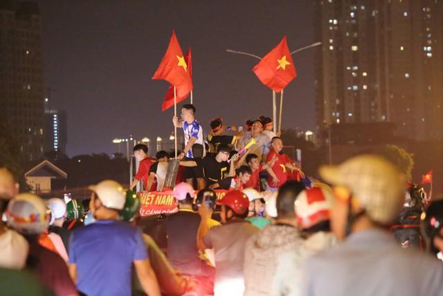 Mới đá vòng loại, CĐV vẫn đổ ra đường mừng chiến thắng của tuyển Việt Nam như thể đã được dự World Cup - Ảnh 14.
