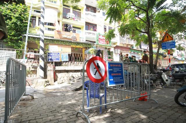 Khách du lịch ngoại quốc tiếc nuối vì không được vào phố đường tàu Phùng Hưng - Ảnh 1.