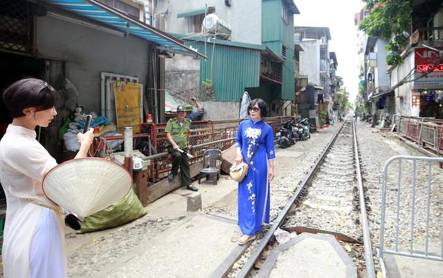 Khách du lịch ngoại quốc tiếc nuối vì không được vào phố đường tàu Phùng Hưng - Ảnh 2.