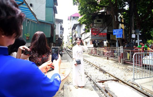Khách du lịch ngoại quốc tiếc nuối vì không được vào phố đường tàu Phùng Hưng - Ảnh 3.