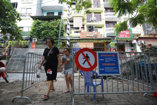 Khách du lịch ngoại quốc tiếc nuối vì không được vào phố đường tàu Phùng Hưng - Ảnh 4.