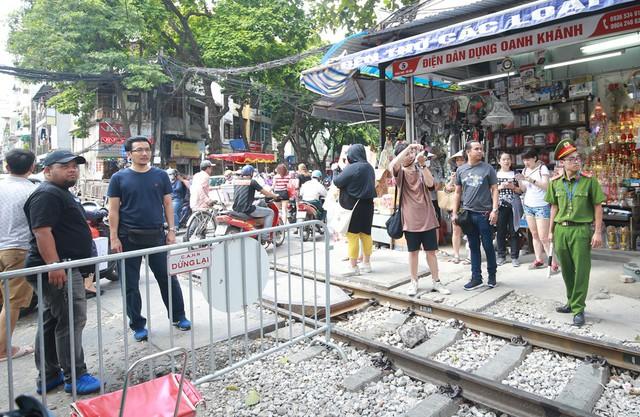 Khách du lịch ngoại quốc tiếc nuối vì không được vào phố đường tàu Phùng Hưng - Ảnh 5.