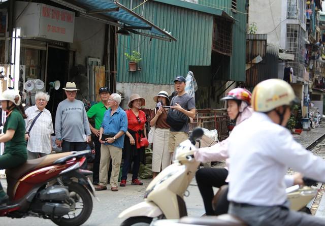 Khách du lịch ngoại quốc tiếc nuối vì không được vào phố đường tàu Phùng Hưng - Ảnh 6.