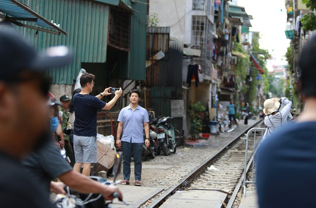 Khách du lịch ngoại quốc tiếc nuối vì không được vào phố đường tàu Phùng Hưng - Ảnh 7.