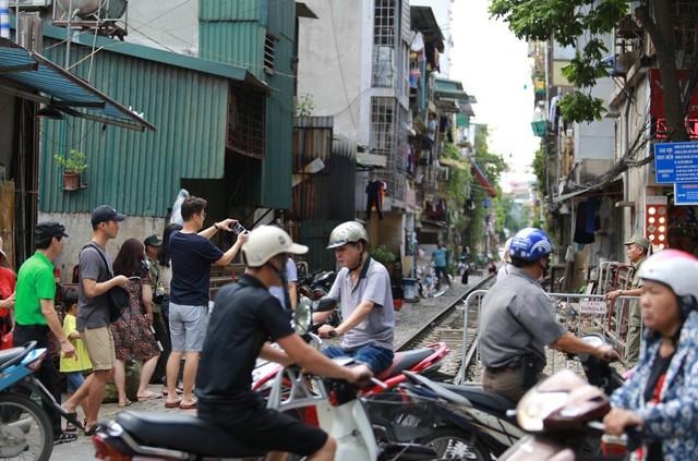 Khách du lịch ngoại quốc tiếc nuối vì không được vào phố đường tàu Phùng Hưng - Ảnh 8.