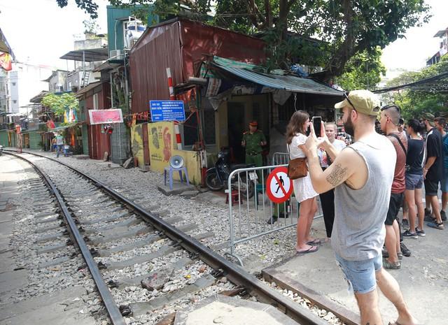 Khách du lịch ngoại quốc tiếc nuối vì không được vào phố đường tàu Phùng Hưng - Ảnh 10.