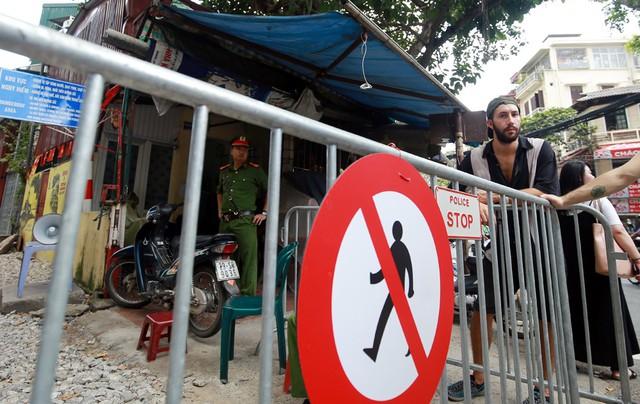 Khách du lịch ngoại quốc tiếc nuối vì không được vào phố đường tàu Phùng Hưng - Ảnh 11.