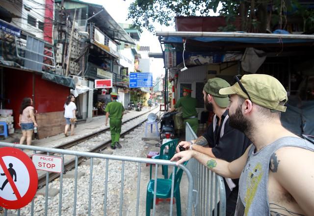 Khách du lịch ngoại quốc tiếc nuối vì không được vào phố đường tàu Phùng Hưng - Ảnh 12.