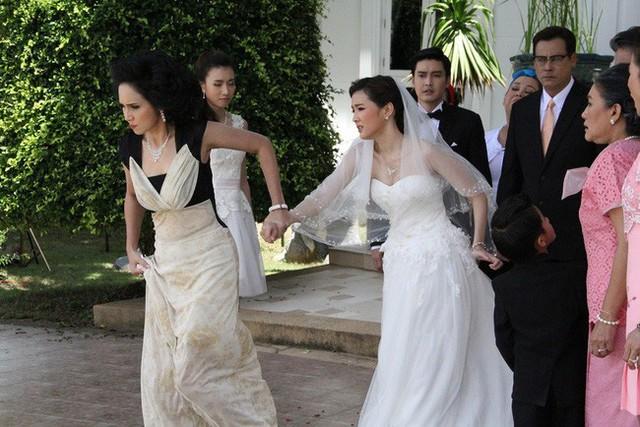Lỡ chửa trước, ngày cưới bị mẹ chồng bắt đi vào cổng sau cô dâu mới bật lại mẹ chồng rồi kéo tay bố đẻ định về thẳng - Ảnh 2.