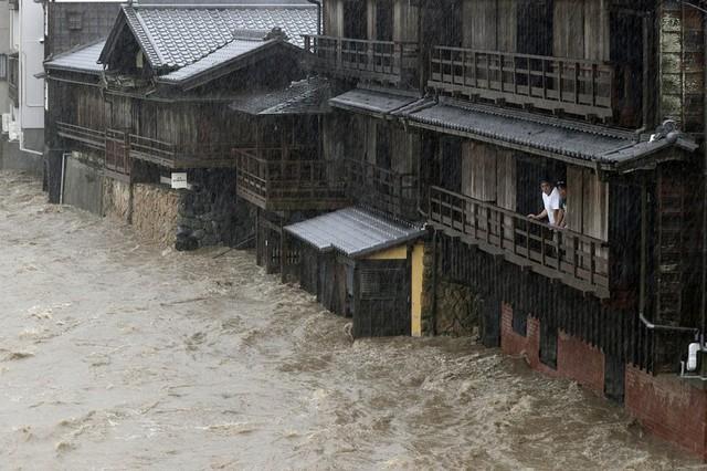 Siêu bão châu Á Hagibis mạnh nhất thế kỷ xé tan nát nhà cửa, phá hủy xe sang và cuốn trôi người - Ảnh 8.