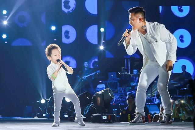 Con trai Tuấn Hưng nhảy sung, hát cùng bố - Ảnh 2.