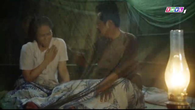 Tiếng sét trong mưa lại gây sốc cảnh anh em cùng mẹ khác cha ân ái - Ảnh 2.
