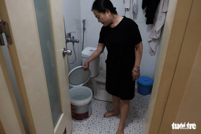 Dân Linh Đàm chật vật lo nước sạch sau 3 ngày nước máy vẫn khó ngửi - Ảnh 6.