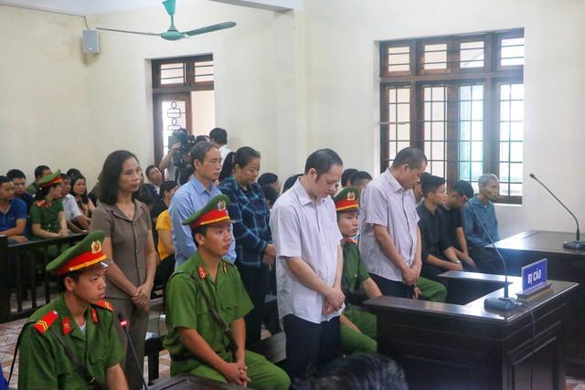 Hà Giang mở lại phiên xét xử vụ gian lận thi cử, nhiều cựu quan chức đến hầu tòa - Ảnh 2.