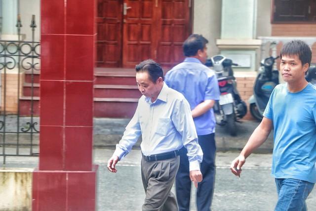 Hà Giang mở lại phiên xét xử vụ gian lận thi cử, nhiều cựu quan chức đến hầu tòa - Ảnh 4.