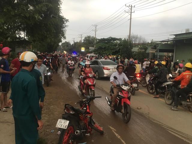 Hàng trăm người dân đổ ra đường xem tai nạn liên hoàn 3 người thương vong - Ảnh 1.
