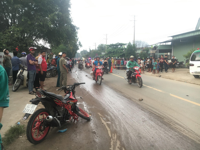 Hàng trăm người dân đổ ra đường xem tai nạn liên hoàn 3 người thương vong - Ảnh 3.