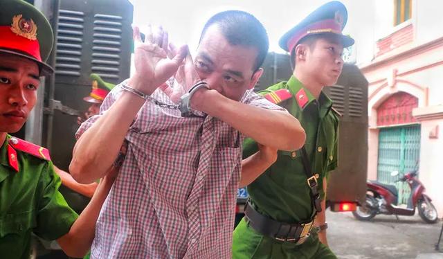Hà Giang mở lại phiên xét xử vụ gian lận thi cử, nhiều cựu quan chức đến hầu tòa - Ảnh 3.