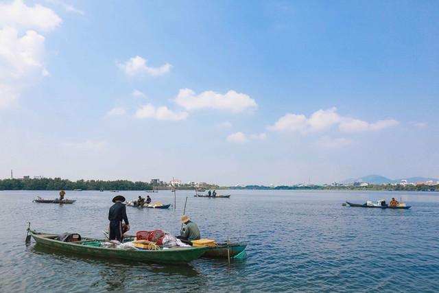 Bắt vẹm đen kiếm tiền triệu mỗi ngày ở ngã ba sông - Ảnh 1.