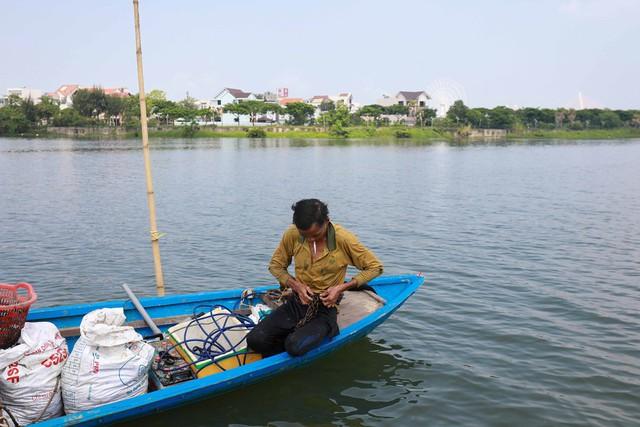 Bắt vẹm đen kiếm tiền triệu mỗi ngày ở ngã ba sông - Ảnh 2.