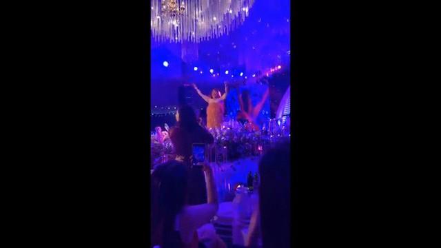 NSƯT Xuân Hinh giả gái diễn đám cưới khủng ở Hải Phòng, vạch áo lộ nửa người khiến khán giả choáng - Ảnh 1.