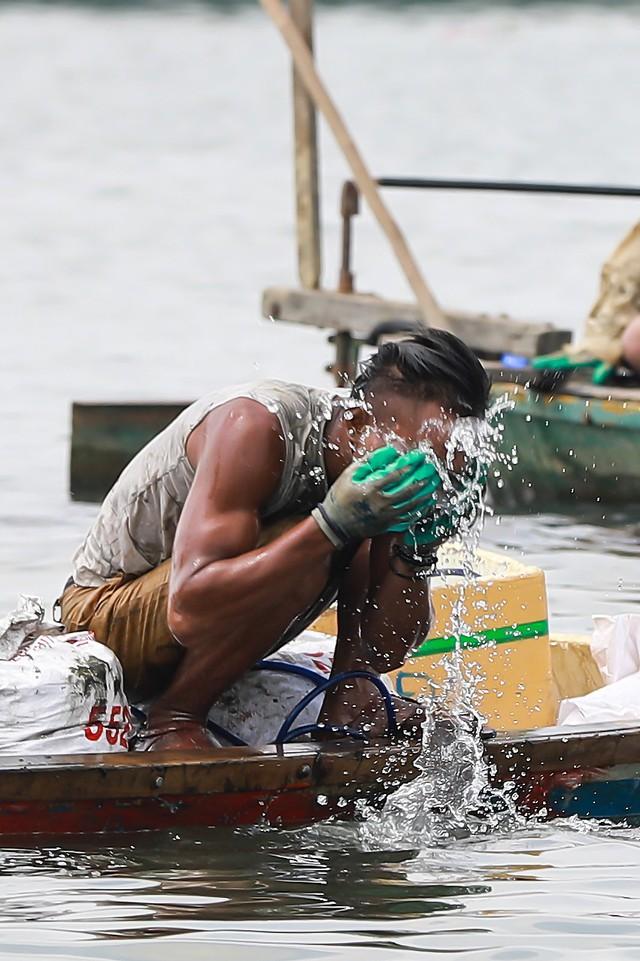 Bắt vẹm đen kiếm tiền triệu mỗi ngày ở ngã ba sông - Ảnh 11.