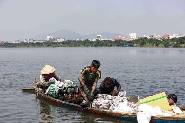 Bắt vẹm đen kiếm tiền triệu mỗi ngày ở ngã ba sông - Ảnh 3.
