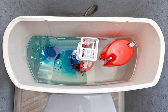 9 việc bị coi là kém thông minh khi sử dụng nhà vệ sinh khiến hóa đơn tiền nước tăng vọt mà các thợ sửa ống nước khuyến cáo - Ảnh 4.
