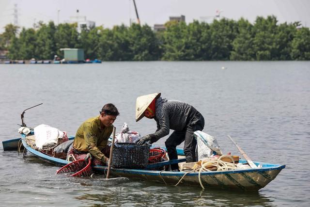 Bắt vẹm đen kiếm tiền triệu mỗi ngày ở ngã ba sông - Ảnh 5.