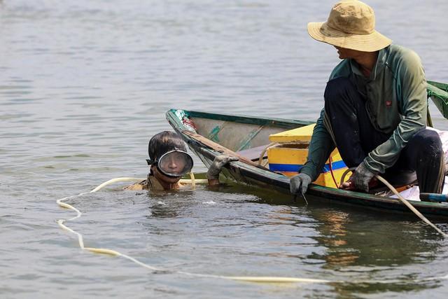 Bắt vẹm đen kiếm tiền triệu mỗi ngày ở ngã ba sông - Ảnh 6.