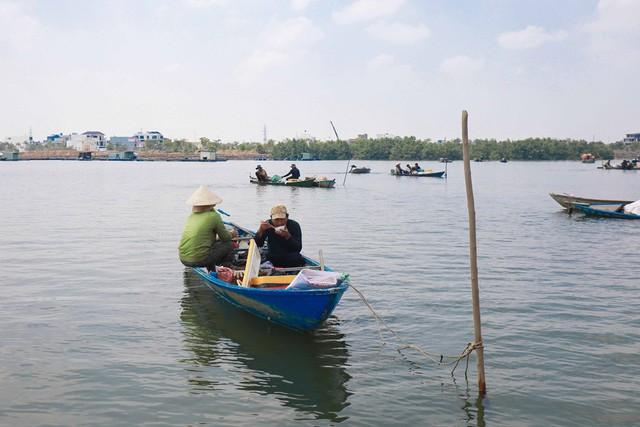 Bắt vẹm đen kiếm tiền triệu mỗi ngày ở ngã ba sông - Ảnh 7.