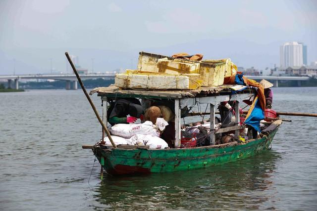 Bắt vẹm đen kiếm tiền triệu mỗi ngày ở ngã ba sông - Ảnh 8.
