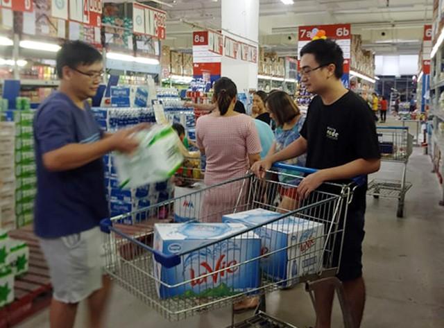 Viwasupco chưa hẹn ngày cấp nước trở lại, dân Hà Nội săn lùng từng lít nước đóng chai - Ảnh 2.