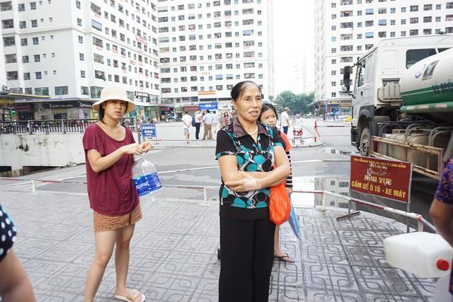 Nhiều cặn đen, váng dầu trong xe chở nước cấp cứu cho cư dân HH Linh Đàm - Ảnh 2.