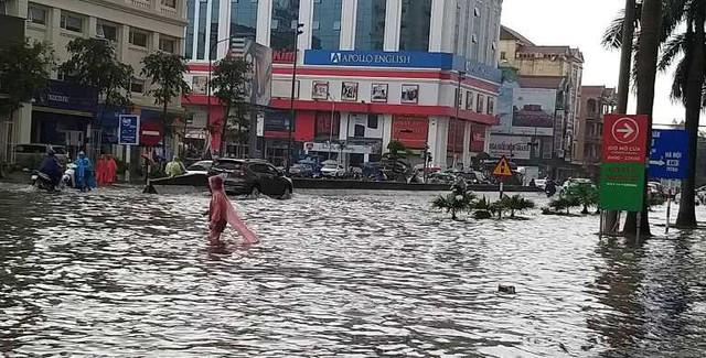 Chùm ảnh trận lụt lịch sử tại TP Vinh - Ảnh 4.
