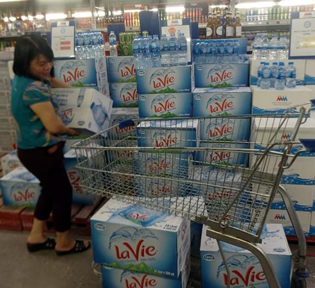 Viwasupco chưa hẹn ngày cấp nước trở lại, dân Hà Nội săn lùng từng lít nước đóng chai - Ảnh 3.