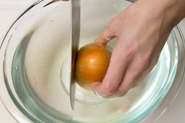 Thái hành không cay mắt chỉ với 1 lát khoai tây - Ảnh 3.
