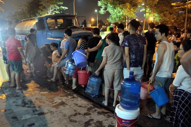 Hà Nội: Gần 0h đêm, người dân vẫn xếp hàng dài như thời bao cấp xách nước