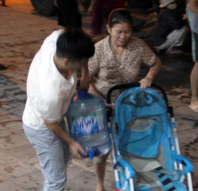 Hà Nội: Gần 0h đêm, người dân vẫn xếp hàng dài như thời bao cấp xách từng can nước - Ảnh 5.