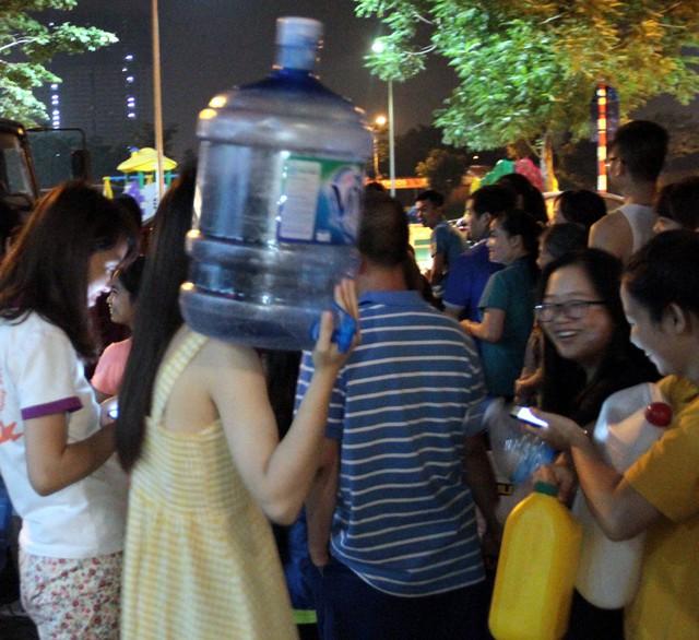 Hà Nội: Gần 0h đêm, người dân vẫn xếp hàng dài như thời bao cấp xách từng can nước - Ảnh 6.