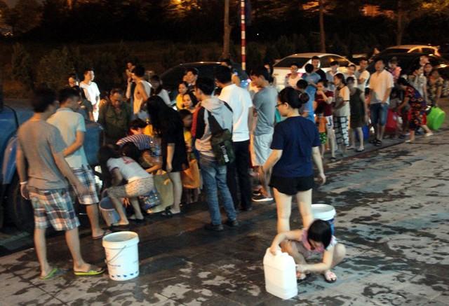 Hà Nội: Gần 0h đêm, người dân vẫn xếp hàng dài như thời bao cấp xách từng can nước - Ảnh 2.