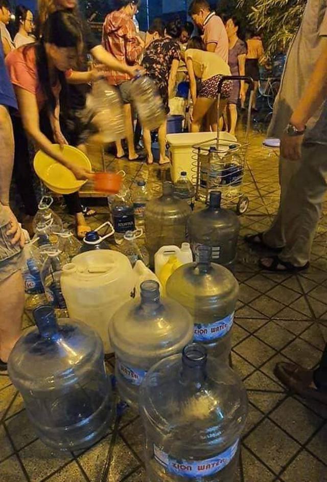 Hà Nội: Gần 0h đêm, người dân vẫn xếp hàng dài như thời bao cấp xách từng can nước - Ảnh 9.