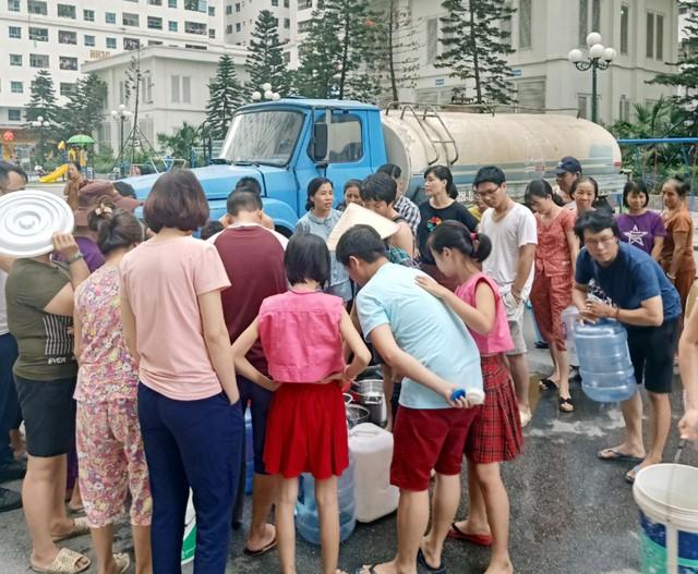 Hà Nội: Gần 0h đêm, người dân vẫn xếp hàng dài như thời bao cấp xách từng can nước - Ảnh 16.