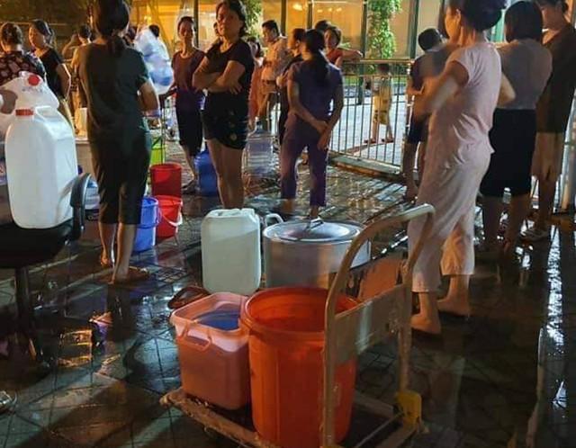 Hà Nội: Gần 0h đêm, người dân vẫn xếp hàng dài như thời bao cấp xách từng can nước - Ảnh 10.